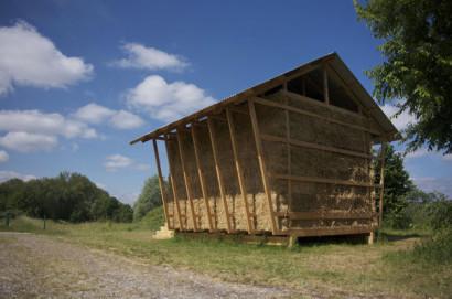Armazón de madera de casa de paja