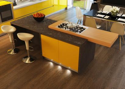 Cocina color amarillo con negro tiene taburetes blancos