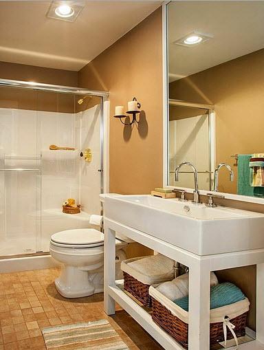 Diseno De Baños Medianos:Diseño de cuarto de baño con pared marrón y sanitarios blancos