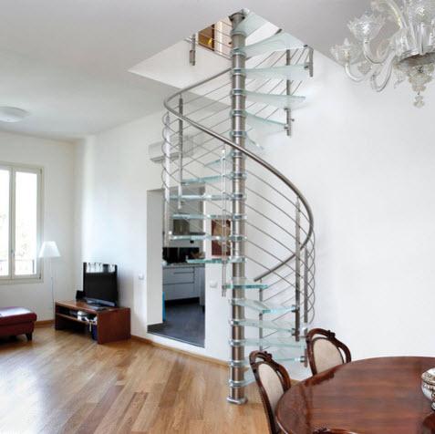 Moderno diseño de escalera caracol con peldaños de cristal