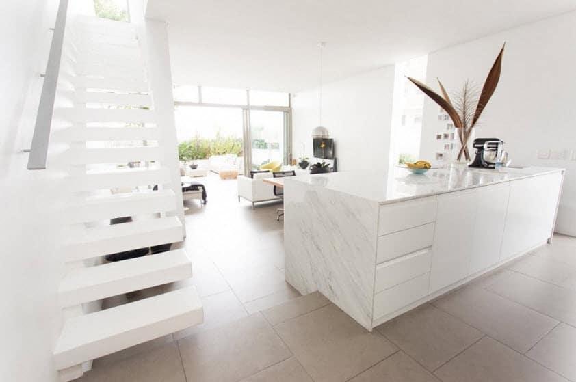 Dise o de casa angosta fachada y dise o de interiores - Disenos de escaleras para casas ...