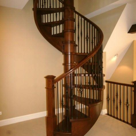 Diseño clásico  de escalera en espiral de madera