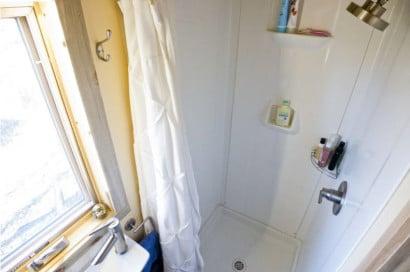 Detalle de ducha de cuarto de baño reducido