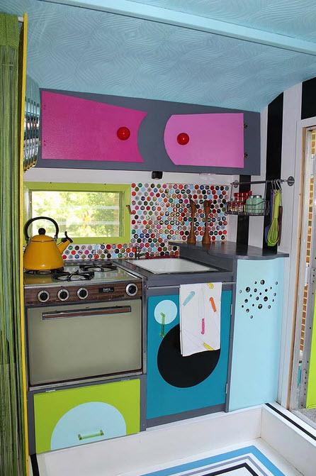 Diseño original de pequeña casa rodante, inspirado en colores vivos