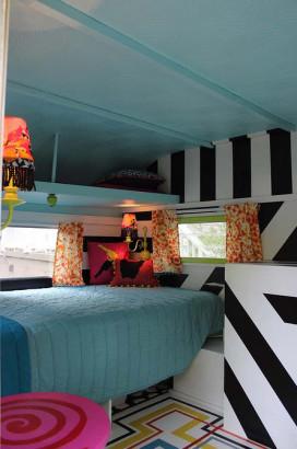 Diseño de pequeño dormitorio de casa rodante