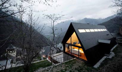 Fachada de moderna casa de dos pisos a dos aguas