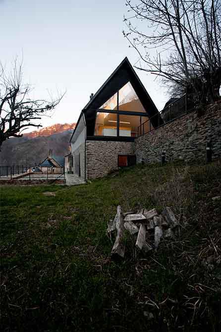 Dise o de moderna casa de dos pisos en los pirineos - Casas del pirineo ...