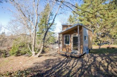 Fachada de pequeña casa de madera