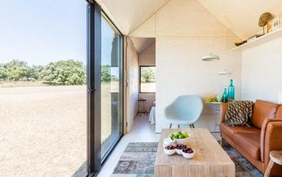 Pequeña sala de casa de concreto movible