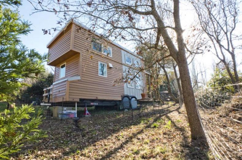 perfil de casa de madera rodante posando sobre grass