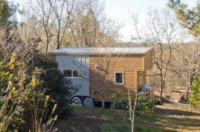 Perfil de pequeña casa de madera rodante