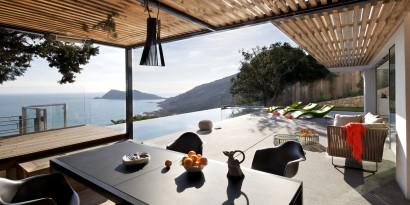 Terraza con techo de madera en  casa de playa