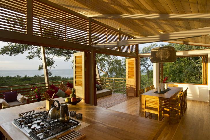 vista de cocina comedor de casa de madera