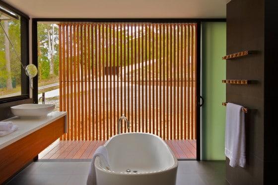 Diseño del cuarto de baño con vista al campo
