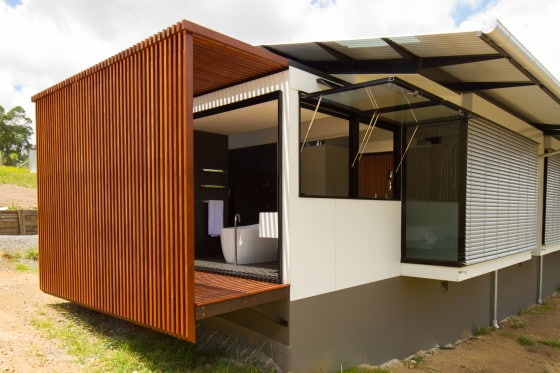 Fotos con los detalles arquitectónicos de la casa en terreno largo