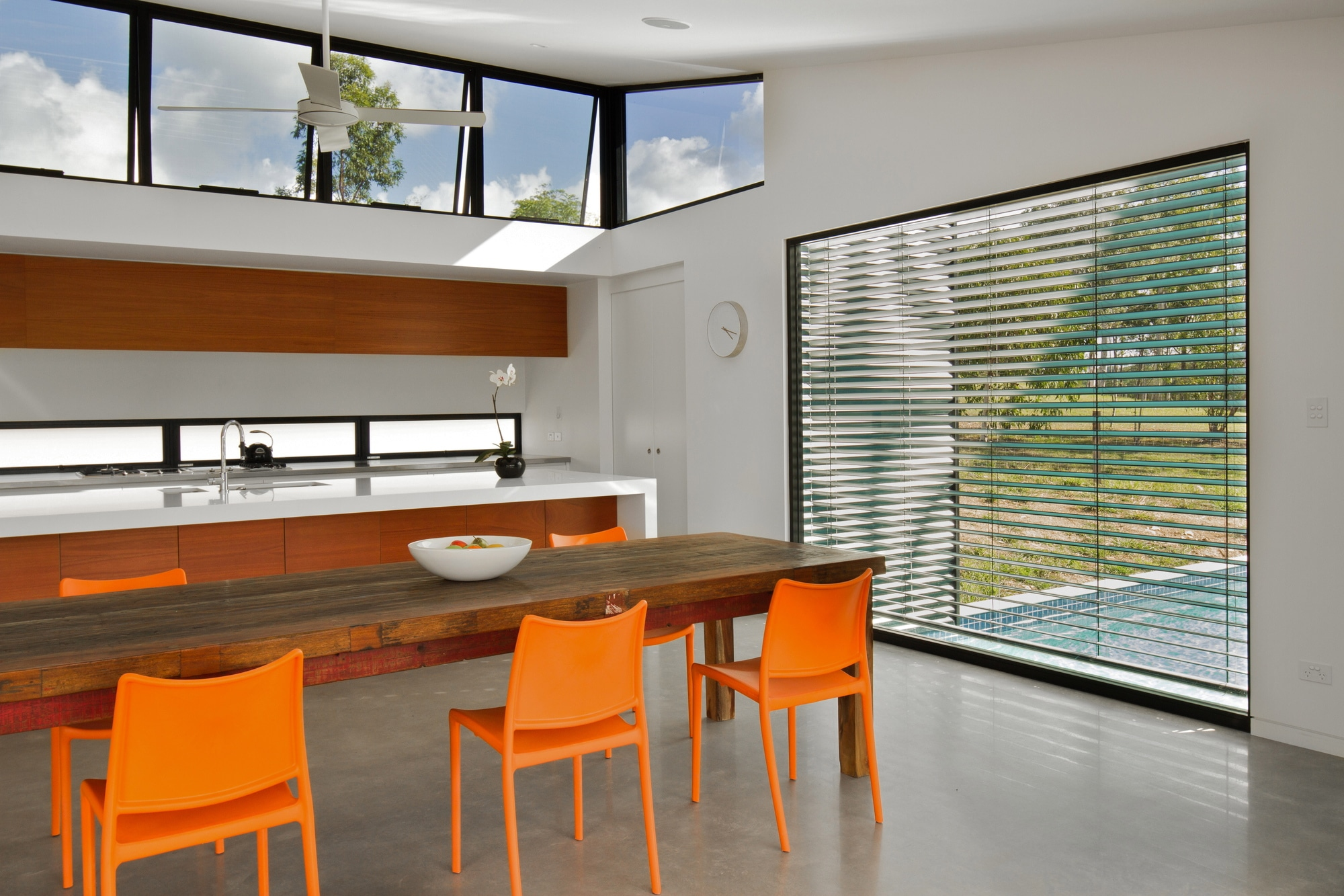 Dise o de casa moderna en terreno largo y angosto for Disenos de cocinas comedor modernas