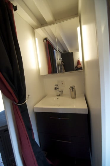 Diseño de cuarto de baño muy pequeño de casa de madera