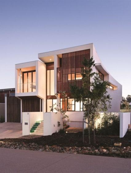 Fachada de casa de dos pisos de hormigón