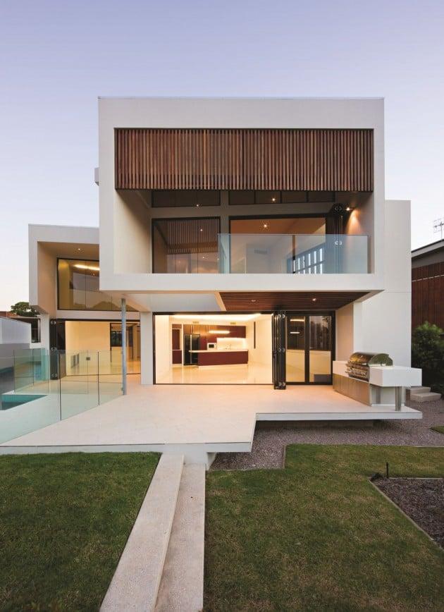 Fachada posterior de moderna casa de dos pisos de hormig n for Casa de dos pisos modernas