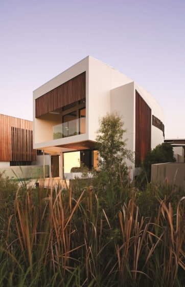 Vista de la moderna casa de dos pisos de concreto vista posterior