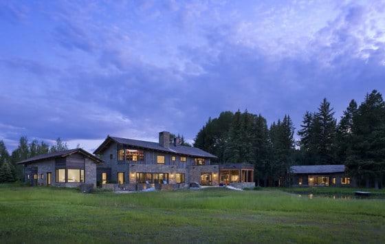 Paisaje y hermosa casa de piedra