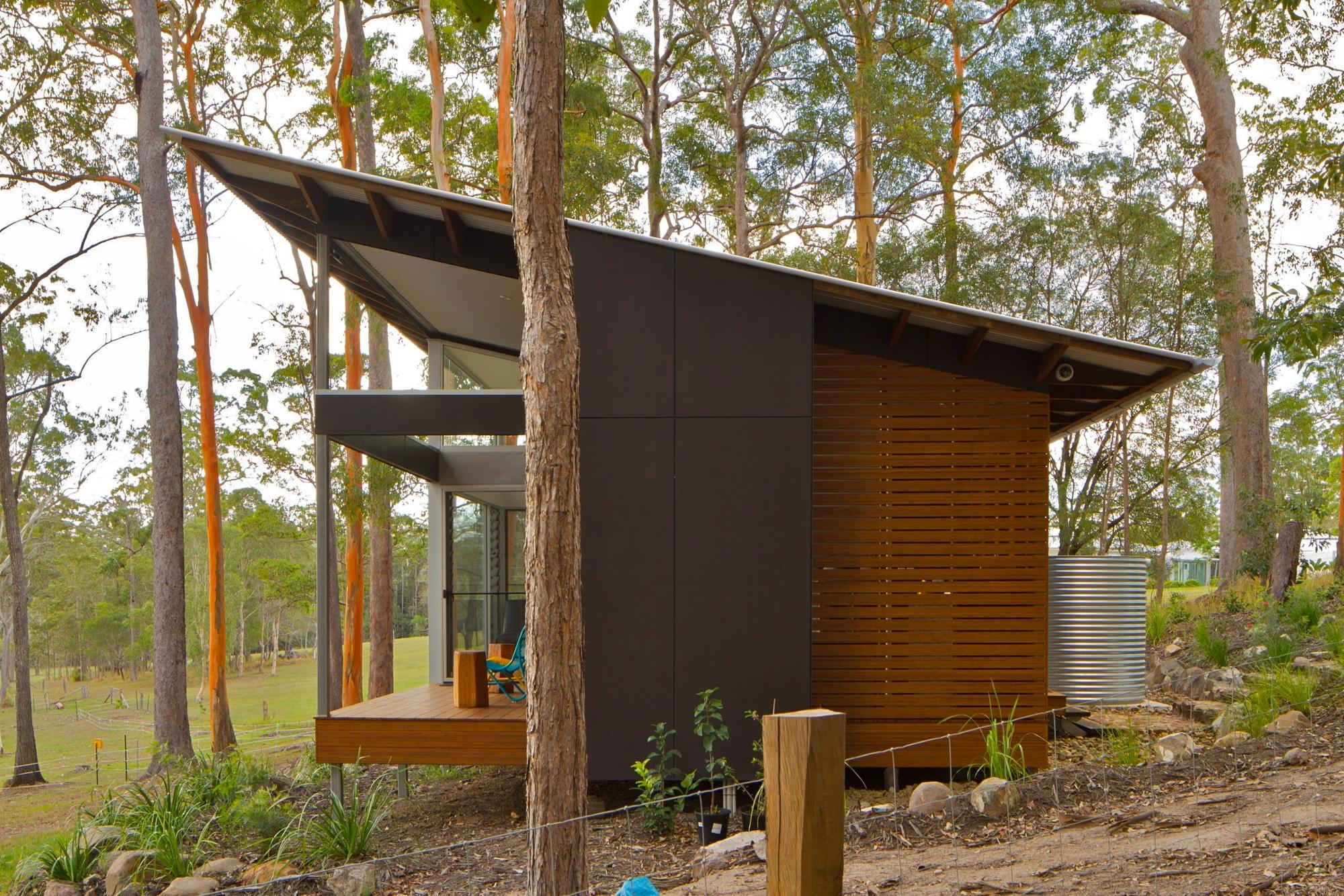 Dise o de casa moderna en terreno largo y angosto for Partes del techo de una casa
