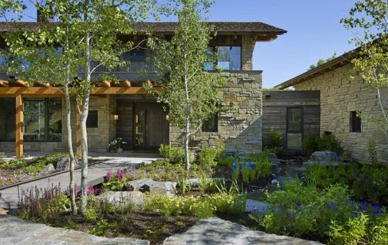 Vista del jardín de vivienda de piedra