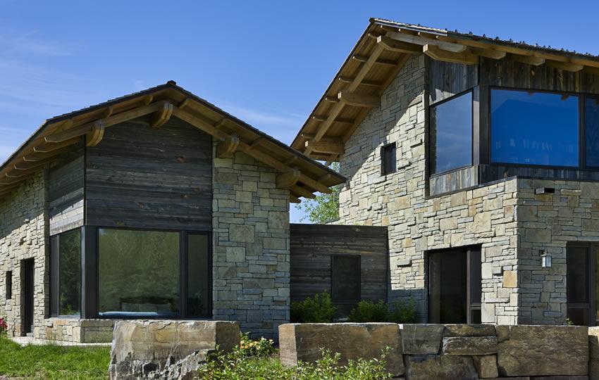 vista de la casa de piedra con techo a dos aguas