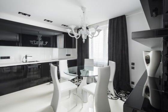 Comedor blanco y muebles negros