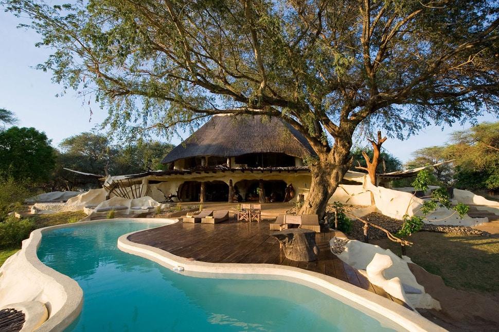 Dise o de casa r stica org nica fachada e interiores for Diseno de piscinas para casas de campo