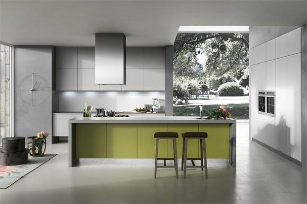 derivados del gris a excepción de un tono verde en la isla de cocina