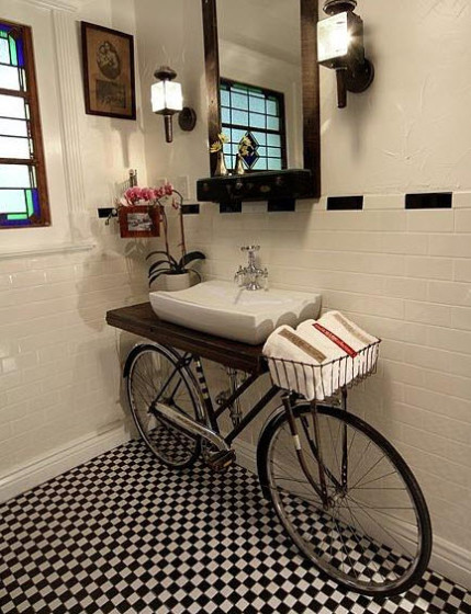 Diseño de cuarto de baño original con base de bicicleta