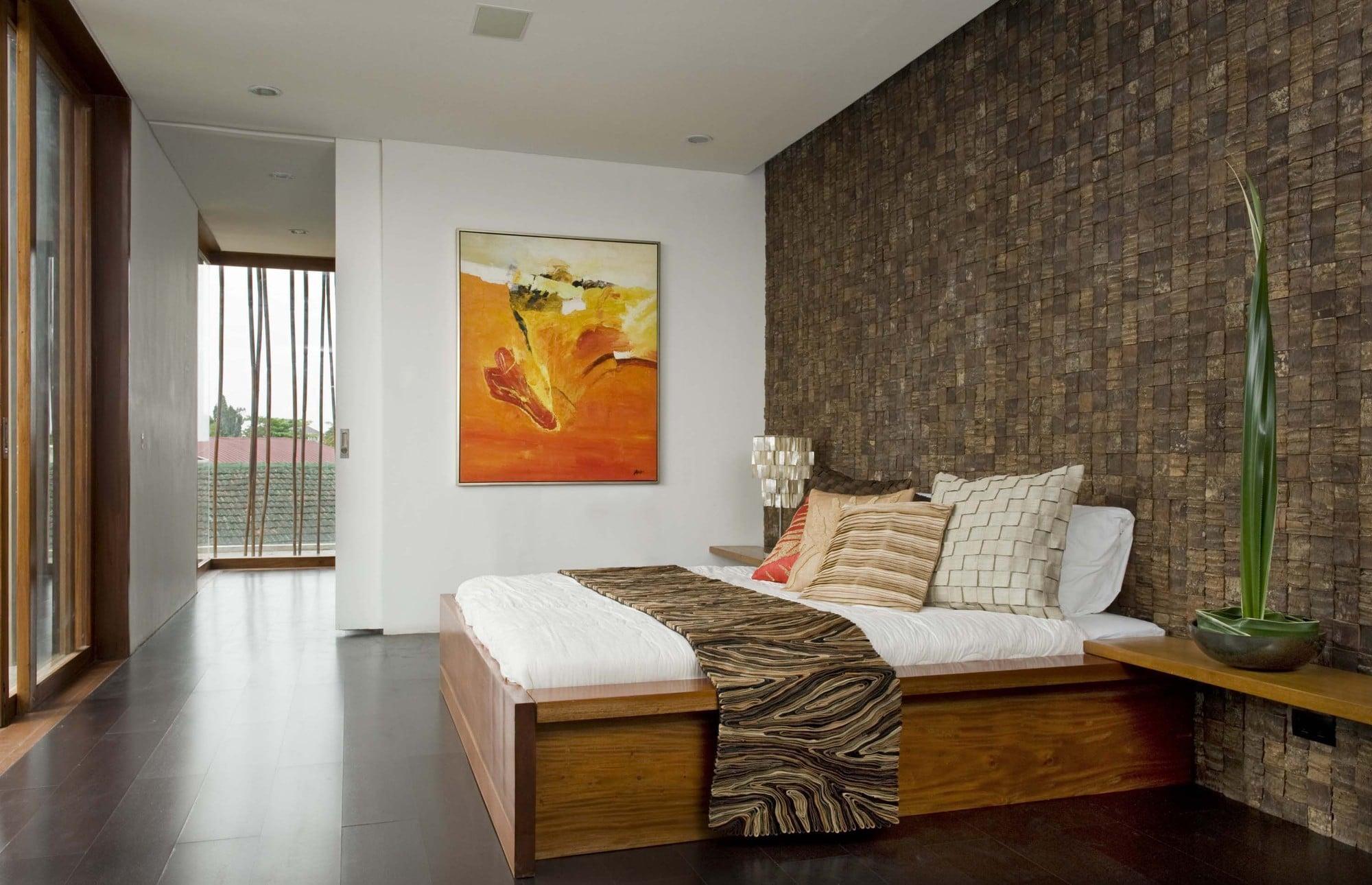 decoracion de interiores rusticos fotos: se le ha aplicado corteza de coco en la pared donde va la cabecera de