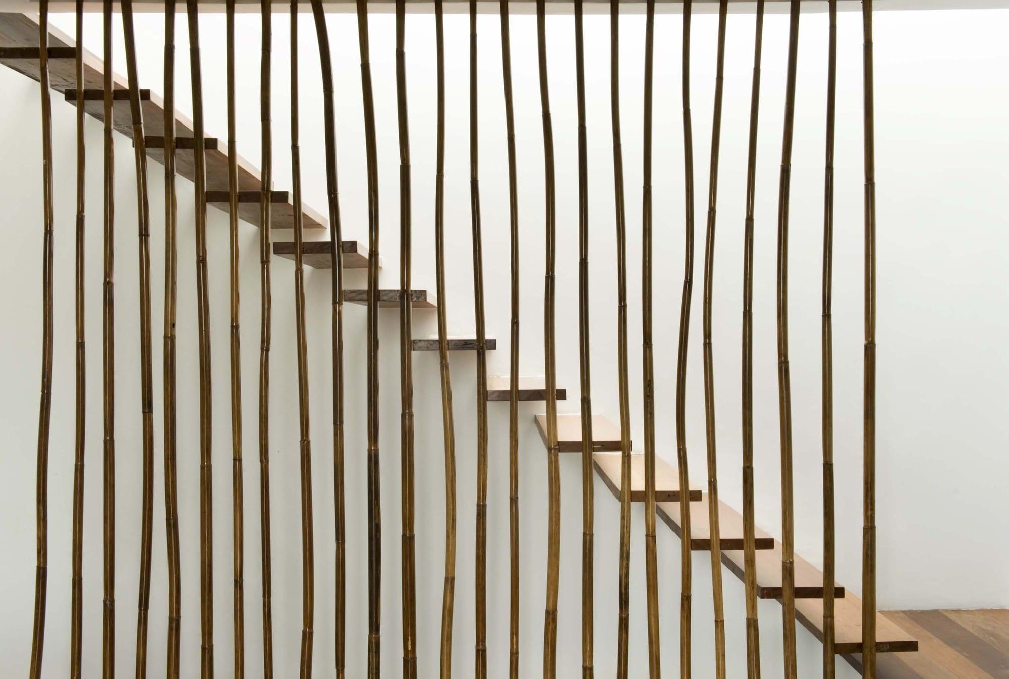 Dise o de casa r stica fachada interiores y planos for Materiales para escaleras de interior