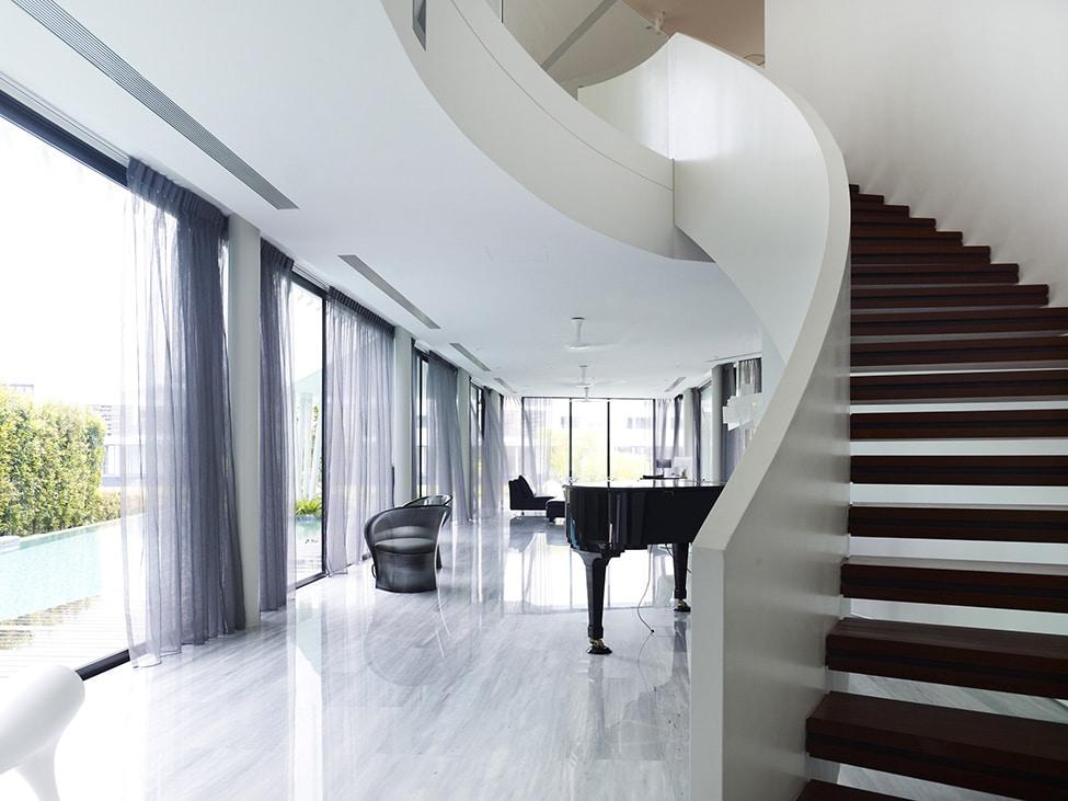 Dise o de moderna casa de dos pisos con azotea jard n for Escaleras para tres pisos