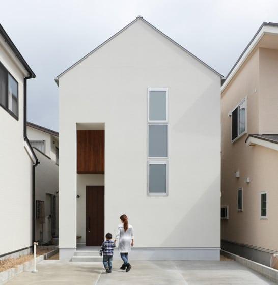 Diseño de fachada de casa moderna de dos pisos a dos aguas