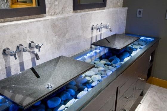 Diseño de lavatorio iluminada con piedra rodada