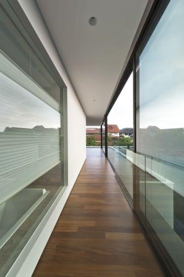Diseño de pasadizo en casa moderna de dos pisos