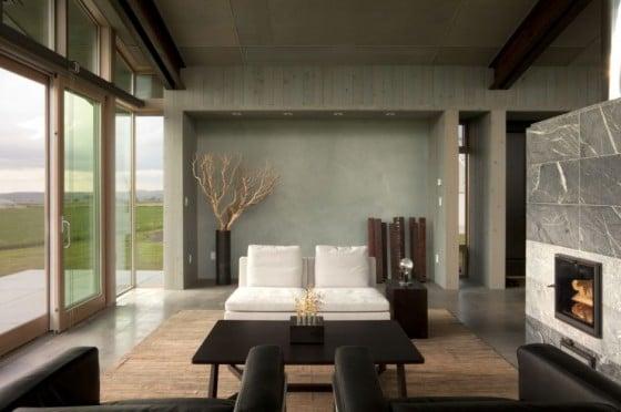 Diseño de pequeña sala con gran ventana