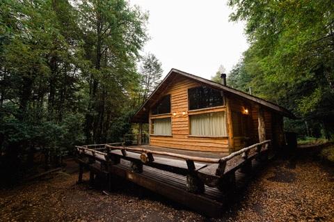 Dise o de casa peque a r stica hecha de madera y troncos - Cabanas de madera pequenas ...