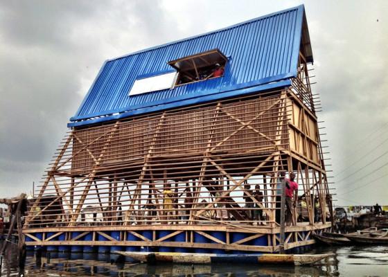 Fachada de casa flotante