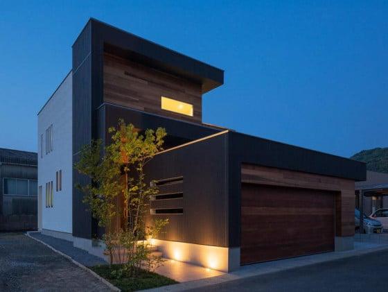 Fachada de la casa moderna durante la noche