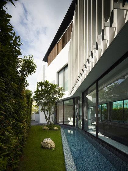 Perfil de casa moderna de dos pisos mas azotea