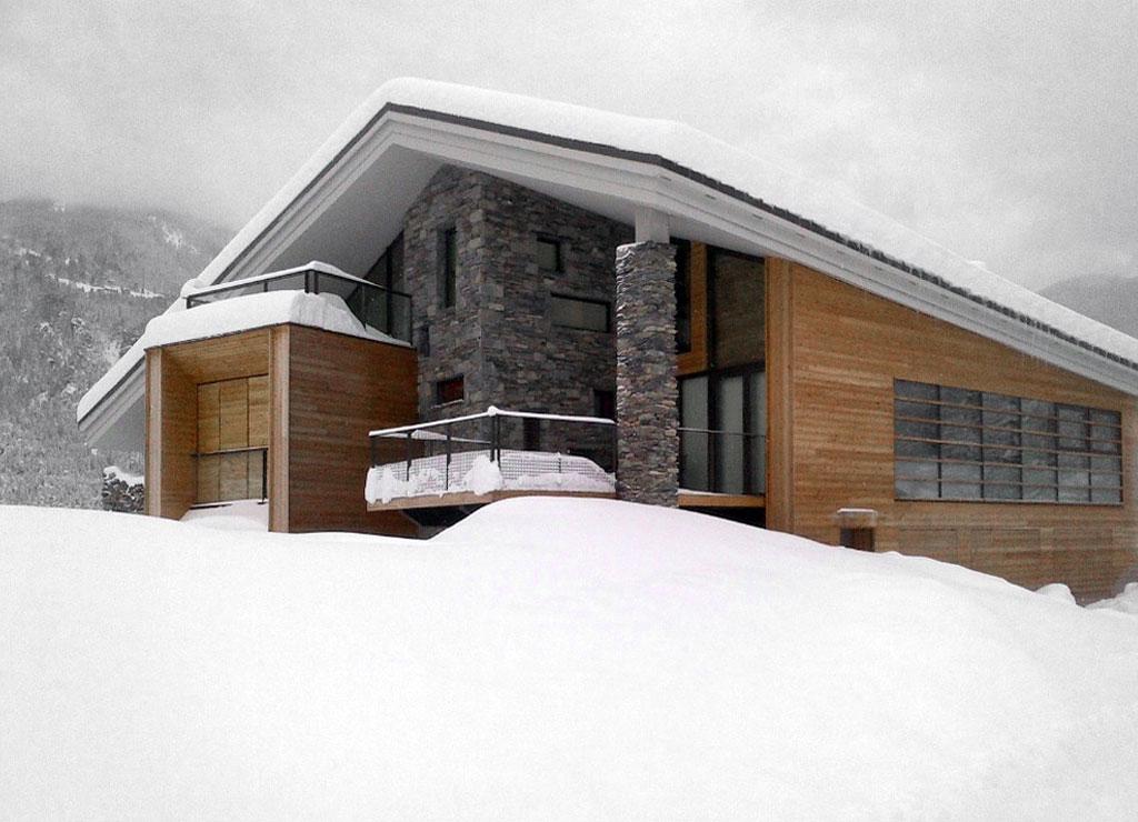 Dise o de casa moderna en la monta a fachada piedra for Casa moderna madera
