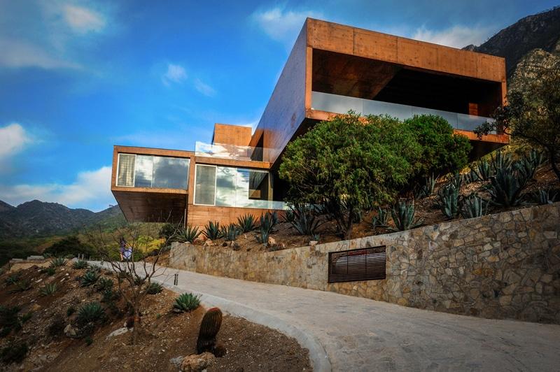 Dise o de casa moderna en la monta a construida en for Casas modernas hormigon visto