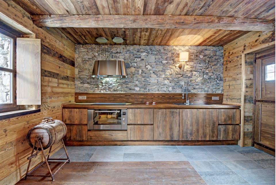 Dise o de interiores r stico uso de madera y piedra construye hogar - Disenos de cocinas rusticas ...