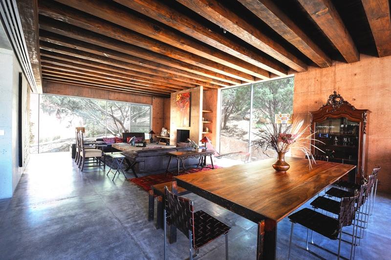 Dise o de casa moderna en la monta a construida en - Techos de madera interiores ...