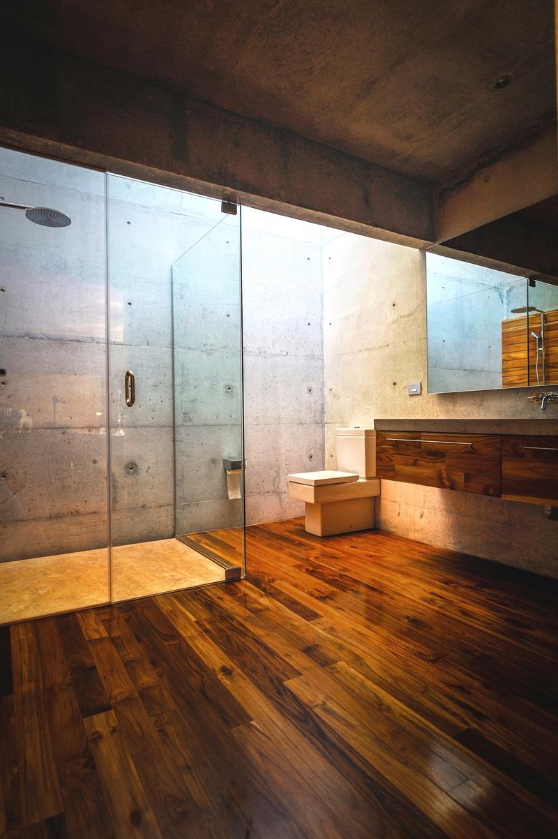 Dise o de casa moderna en la monta a construida en for Disenos pisos rusticos para interior