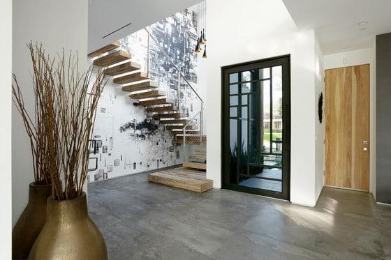 Diseño de escaleras con arte en la pared