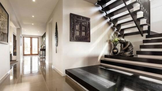 Casa de dos pisos moderna fachada y dise o de interiores for Escalera de jardin de madera
